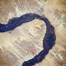 A Királyok völgye (vörös nyíl) a Nílustólnyugatra a Thébai-hegyekben