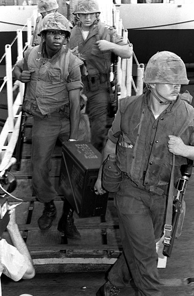 ファイル:US Marines depart USS Coral Sea (CV-43) after Mayagüez incident.jpg