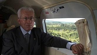 Roberto Mangabeira Unger - Unger touring the Amazon via small aircraft