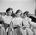 V.l.n.r. Prinses Benedikte, Prinses Margrethe en Prinses Anne Marie met een boek, Bestanddeelnr 252-8648.jpg