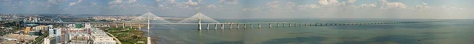 Ponte Vasco da Gama, sobre o Rio Tejo, a maior da Europa, com mais de 17 quilómetros de extensão.