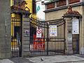 Via del ponte rosso, cancello con statue cavalli 02.JPG