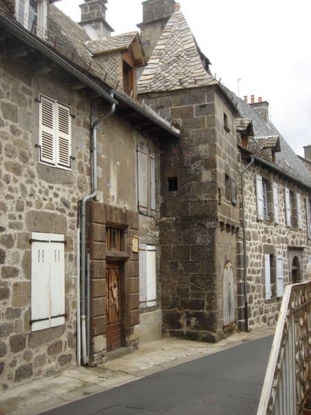 Villes et villages de charme du Cantal 450px-Vieilles_maisons_bourg_Vic
