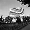 Vierkant flatgebouw op poten en met galerijen rondom, Bestanddeelnr 255-2250.jpg