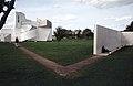 Vitra Design Museum in Weil am Rhein, Verbindungsweg zum Konferenz Pavillon (rechts) (1994).jpg