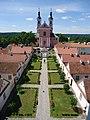 Widok na dziedziniec z eremami (pokamedulski klasztor w Wigrach).jpg