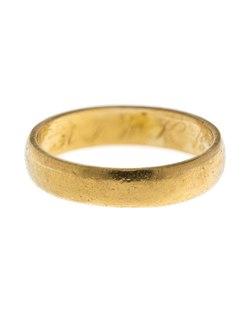 på vilket finger har man förlovningsringen