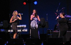 Konzert von Wilson Phillips im Cerritos Arts Center in Artesia, Kalifornien, im August 2011 (von links nach rechts: Chynna Phillips, Wendy und Carnie Wilson).
