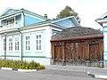 Дом графини Паниной - деревянные ворота с глухой резьбой.JPG