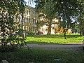 Суворовский 63. Сад перед западным фасадом Главного корпуса.jpg