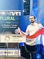 مصطفى نادر يتسلم جائزة بلورال بلاس.jpg