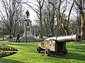 005 Parque del Muelle (Avilés), canó, al fons el monument a Pedro Menéndez de Avilés.jpg