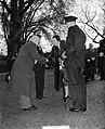 100 jaar KIM Den Helder bezoekdag koningin Juliana. De koningin wordt voorgestel, Bestanddeelnr 906-7885.jpg