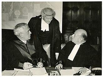 1951-09-25 Van links naar rechts Sven Arntzen (Noorwegen), Frank Soskice (Engeland) en prof. Maurice Bourguin (België) — HGA001050452.jpg