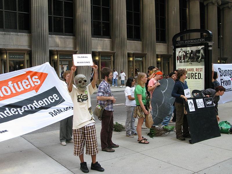 Fájl:2008-09-22 - Rainforest Action Network activists @ CBOT - ADM,Bunge,Cargill protest 018.jpg