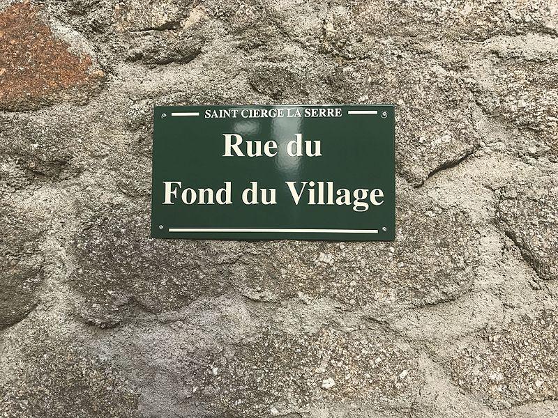 Plaque de la rue du fond du village à Saint-Cierge-la-Serre, dans l'Ardèche, en France.