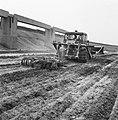 Aanleg en verbeteren van wegen, dijken en spaarbekken, lossgronden, stabiliseren, Bestanddeelnr 161-1276.jpg