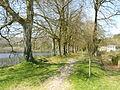 Abbaye du Relec. La chaussée et l'un des étangs.JPG