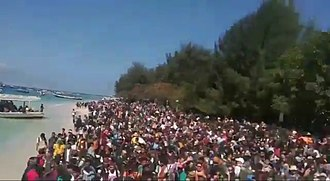 5 August 2018 Lombok earthquake - Tourists crowding the beach of Gili Trawangan to be evacuated.