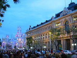 Sede central del Banco de España y a la izquierda el Ayuntamiento de Madrid.