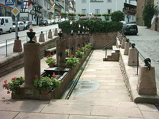 Die Mümlingquelle in Beerfelden, ein Zwölf-Röhrenbrunnen aus Odenwälder Sandstein