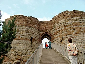 Beeston Castle Gate.jpg