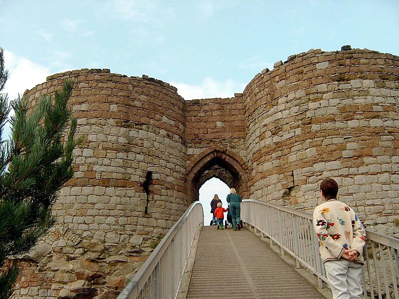 File:Beeston Castle Gate.jpg