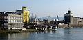 Blick von der Dreiländerbrücke über den Basler Hafen auf den Roche-Turm.jpg