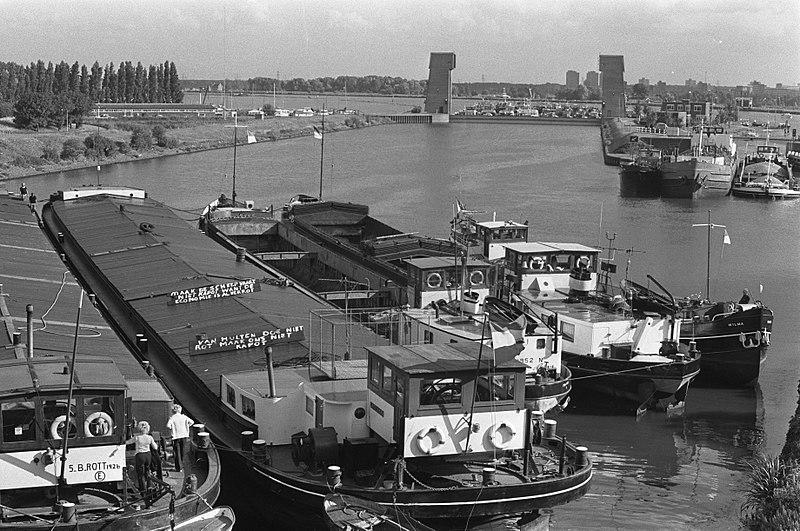 File:Blokkerende schepen op het Amsterdam-Rijnkanaal voor het IJ, Bestanddeelnr 928-1202.jpg