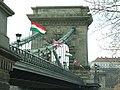 Budapešť, Belváros, Széchenyi lánchíd, vlajky Maďarska a Velké Británie.JPG