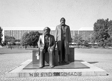 Bundesarchiv B 145 Bild-F088848-0012, Berlin, Marx-Engels-Denkmal, Palast der Republik.jpg