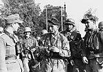 Bundesarchiv Bild 183-1991-0912-503, Arnheim, Soldaten von Heer und Luftwaffe und SS-Führer.jpg