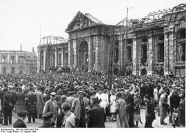 Bundesarchiv Bild 183-2005-0923-524, Darmstadt, Protestkundgebung der Gewerkschaften.jpg