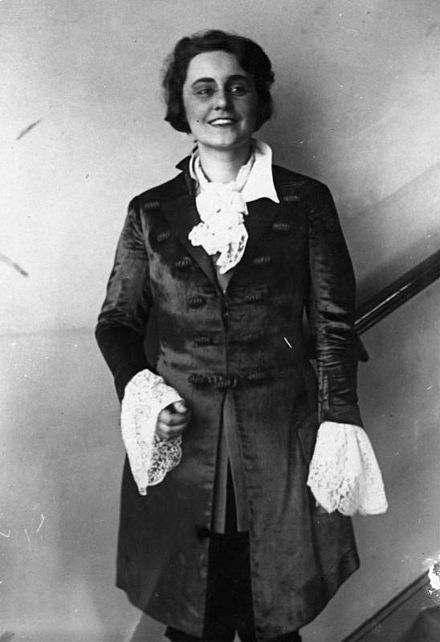 Marta Fuchs in rehearsal for Der Rosenkavalier at the Staatsoper (1937) Bundesarchiv Bild 183-2008-0326-500, Martha Fuchs.jpg
