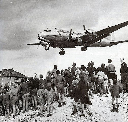 Ein Flugzeug der Luftbrücke landet in Berlin-Tempelhof [By USAF [Public domain], via Wikimedia Commons]