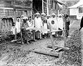 COLLECTIE TROPENMUSEUM Een Minangkabau vrouw in Kota Gedong weeft slendangs die als huwelijksgeschenk zullen worden aangeboden aan Koningin Wilhelmina en Prins Hendrik TMnr 10014514.jpg