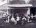 COLLECTIE TROPENMUSEUM Het echtpaar Pietermaat met Mej. Mulder op de veranda van hun woning op de suikeronderneming Kalibagor. TMnr 60004317.jpg