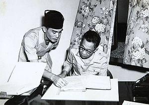COLLECTIE TROPENMUSEUM Het hoofd van de deelstaat Negara Pasundan met zijn secretaris TMnr 60054594