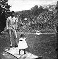 COLLECTIE TROPENMUSEUM Indo-Europese vader met kind in de tuin van een woning op Sumatra TMnr 60011346.jpg