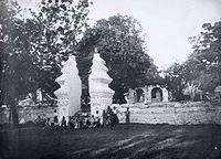COLLECTIE TROPENMUSEUM Kinderen voor de poort van de kraton Kanoman Cheribon TMnr 60005192.jpg