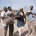 COLLECTIE TROPENMUSEUM Nunuma of Winiama muzikanten met trommen begeleiden de maskerdansers TMnr 20031574.jpg