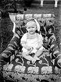 COLLECTIE TROPENMUSEUM Portret van een baby in een met cretonne beklede stoel in de tuin TMnr 10023860.jpg