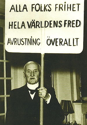 Carl Lindhagen - Carl Lindhagen holding his May Day sign saying: Alla folks frihet - Hela världens fred - avrustning överallt. (All people's freedom - World peace - Disarmament everywhere.)