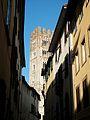 Carrer i campanar de l'església de san Frediano de Lucca.JPG