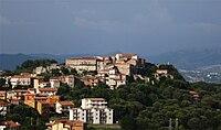 Castel Ruggero - Collina e Paese.jpg