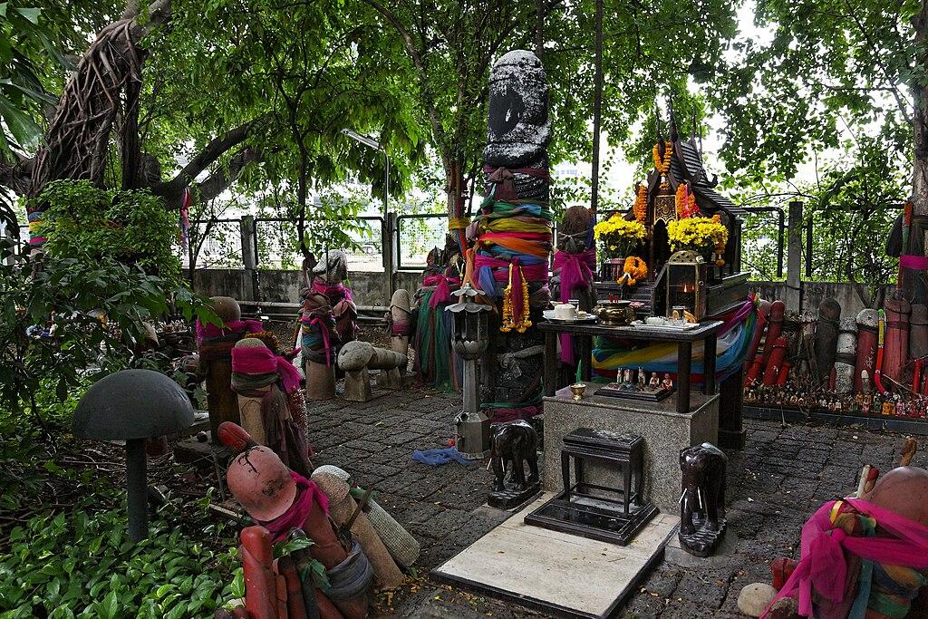 Sancturaire de la fertilité et Oratoire à la déesse Tuptim à Bangkok en Thaïlande - Photo de Ddalbiez