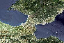 Photo d'une région boisée entourée de la mer
