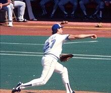Ein Bild von Dave Stieb, in einer Toronto Blue Jays-Uniform und von der Seite / von hinten gesehen, beim Pitchen im Jahr 1985