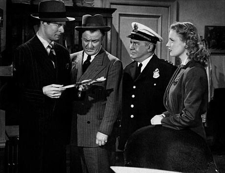 De g. à d. : Morgan Conway, Lyle Latell, Joseph Crehan et Anne Jeffreys, dans Dick Tracy (1945)