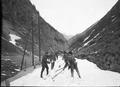 Die Gotthardstrasse muss von Hand vom Schnee befreit werden - CH-BAR - 3241102.tif
